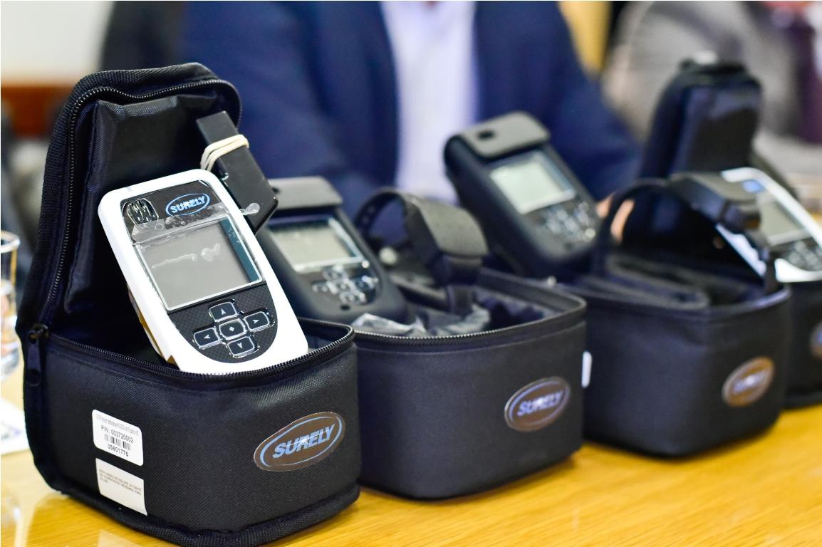 El Ministerio de Justicia empezó a repartir en el país 1900 pulseras electrónicas para proteger a las víctimas de violencia de género