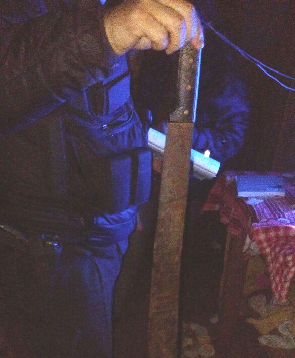 Amenazaba a su pareja con un machete y la Policía llegó justo a tiempo para detenerlo