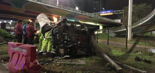 """Imprudencia al volante: Iba a 170 km/h, perdió el control y salió """"volando"""" desde la autopista"""