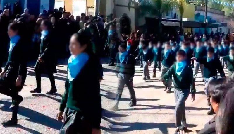 Polémica en Santiago del Estero: un colegio hizo desfilar a sus alumnos con el pañuelo celeste