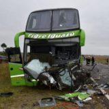 Accidente fatal sobre ruta 14: aseguran que el auto chocó primero contra un camión, hizo un trompo y luego al colectivo