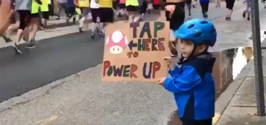 En una maratón, este pequeño y su ingenioso cartel se volvieron viral