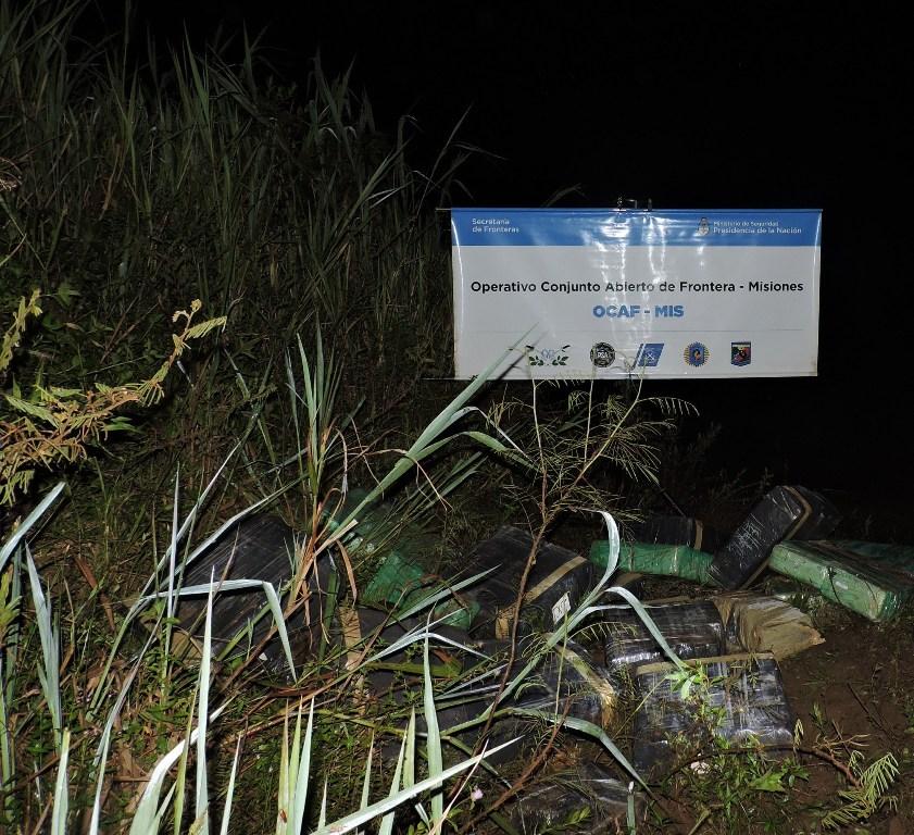 Sorprendieron a «mulas» acopiando media tonelada de marihuana en la costa de Eldorado