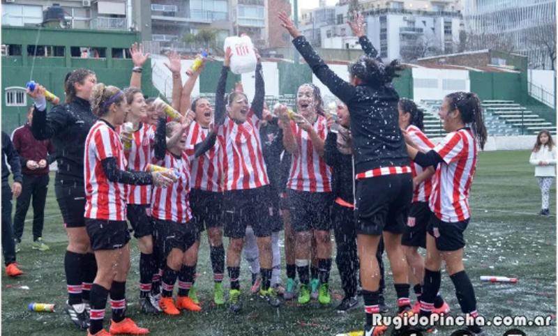 Las jugadoras de Estudiantes de La Plata salieron campeonas pero la AFA las dejó sin copa y festejaron con un bidón