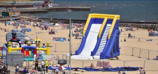 Un castillo inflable explotó en la playa y lanzó por el aire a una nena de cuatro años