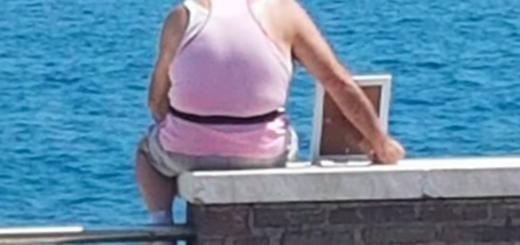 La foto de un hombre que mira al mar con un retrato de su esposa fallecida conmueve a todos en las redes