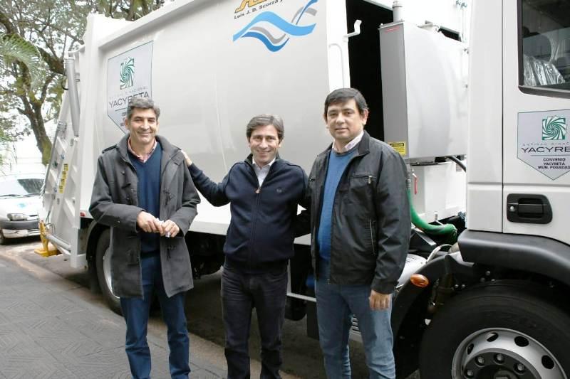 La EBY entregó un camión recolector de residuos al municipio de Posadas