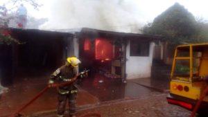 Incendio consumió dos viviendas en Eldorado y dejó en la calle a una familia
