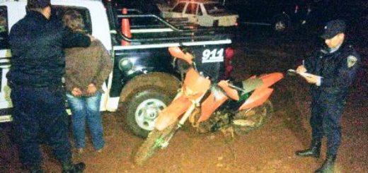 Transitaba en una moto sin luces, intentó huir y fue detenido