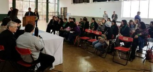 Eldorado: en el salón ex CAE expusieron personas a favor del aborto legal