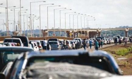 Larga fila de vehículos desde muy temprano para cruzar el puente Posadas-Encarnación