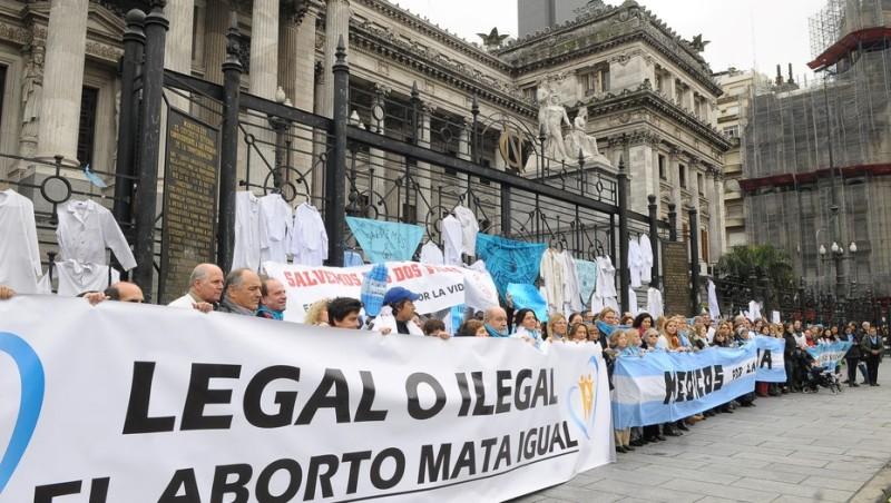 """Contra la legalización del aborto, médicos y enfermeros hicieron un """"chaquetazo"""" y recitaron el juramento hipocrático"""
