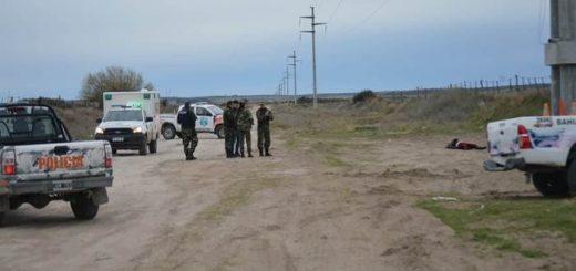 Estrangularon a una mujer y dejaron su cadáver tendido a la vera de un camino en Buenos Aires