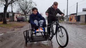 Fabricó una bicicleta especial para poder pasear con su amigo discapacitado