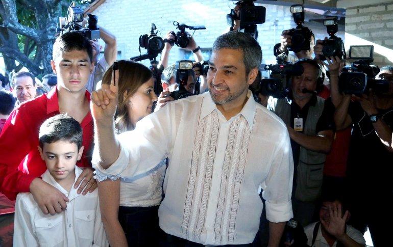 Susto en Paraguay: el avión donde viajaban los hijos del presidente electo tuvo desperfectos en uno de sus motores