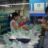 Cristina Britez le entregó un par de zapatillas a Marcos Peña, las cuales se fabricaban en la planta de Dass en Eldorado