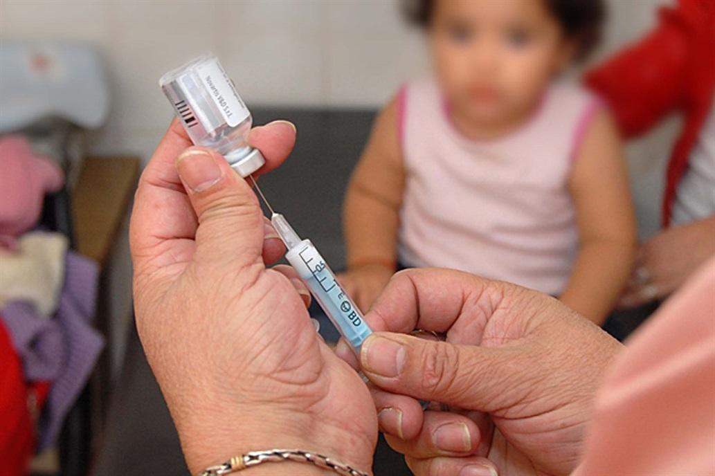 Polémica en Italia por la ley que obliga a vacunar a los niños