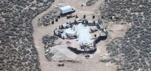 """""""Nunca vi algo como esto"""": el hallazgo de 11 niños hambrientos y en cautiverio en un desierto en los EE.UU."""