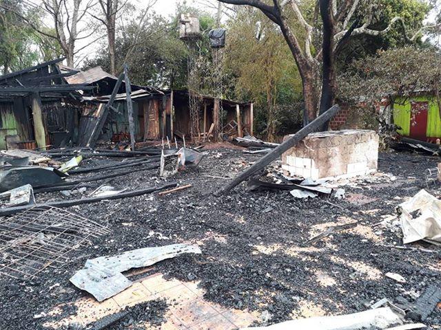 Una familia busca ayuda tras el incendio que devoró su vivienda en Alba Posse