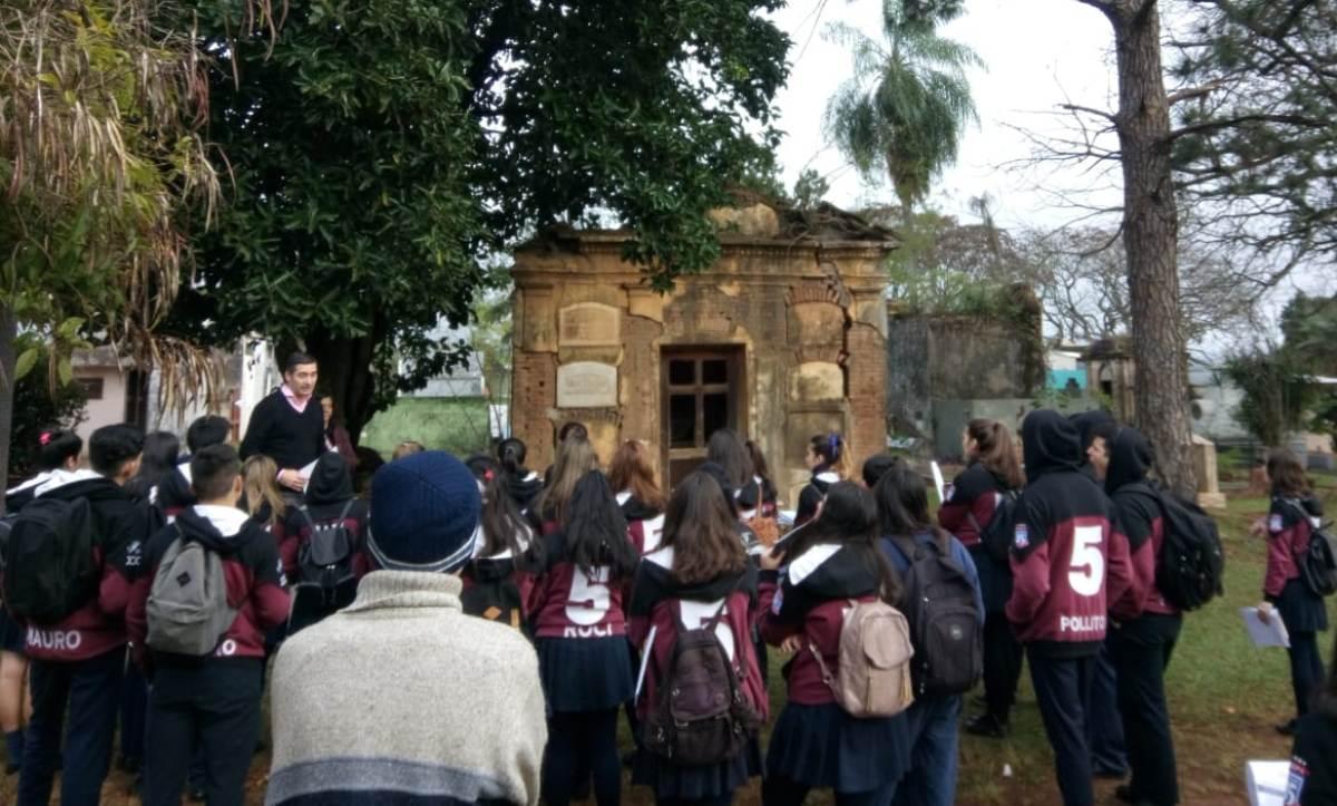 """Más de cien estudiantes participaron de los recorridos educativos por el cementerio """"La Piedad"""""""