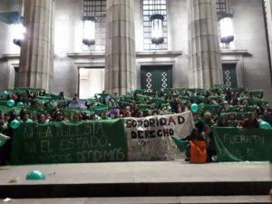Vigilia nocturna en la Facultad de Derecho de la Universidad de Buenos Aires a favor de la despenalización del aborto
