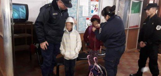 Policías rescataron de la calle a dos hermanitos que caminaban solos en medio de la lluvia y el frío en Oberá