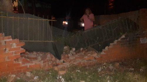 Un auto fuera de control derribó el muro de una casa en Posadas
