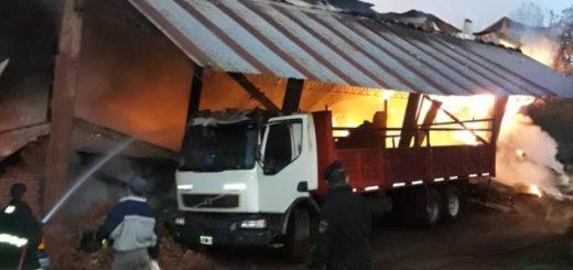 El fuego destruyó por completo un secadero de yerba mate en Campo Viera