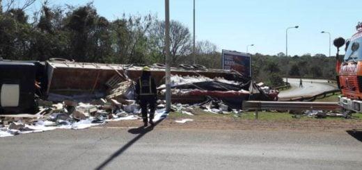 Camionero perdió el control y volcó en el acceso a Iguazú