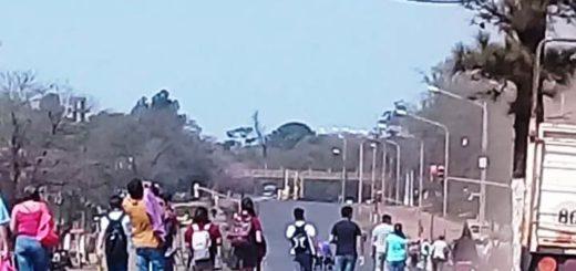 """Por el corte en la ruta 12, sobre el arroyo El Zaiman, cientos de usuarios del transporte público realizan un """"largo peregrinar"""" en la calurosa tarde posadeña"""