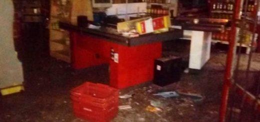 ¿Robo o intento de saqueo?: 20 personas entraron forzando las puertas de un supermercado y se llevaron bebidas alcohólicas, electrodomésticos y las cajas registradoras