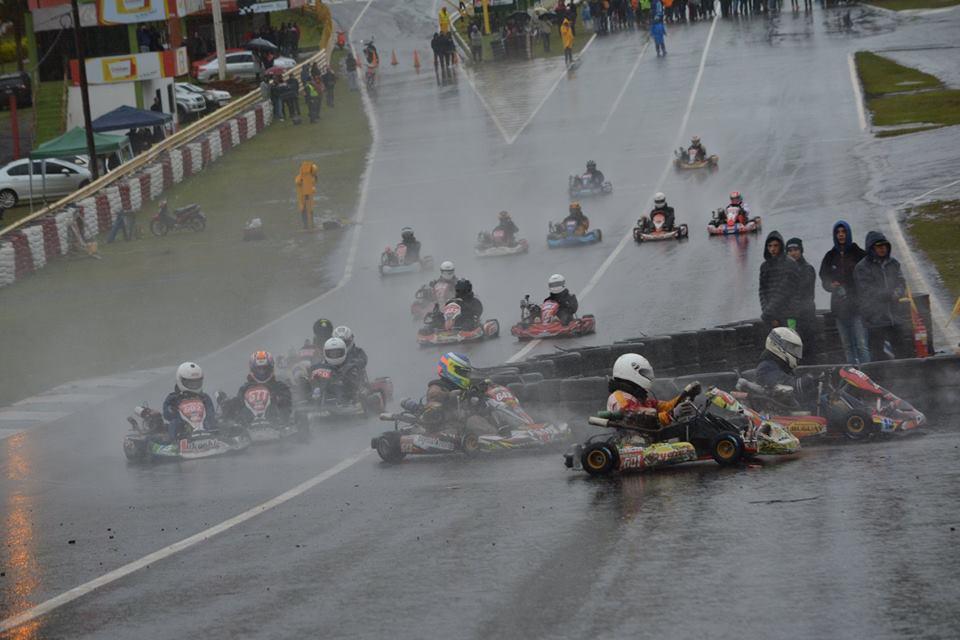 Con una cifra histórica de 127 pilotos, el Karting Misionero dio cátedra de espectáculo bajo la lluvia en la fecha Especial de Posadas