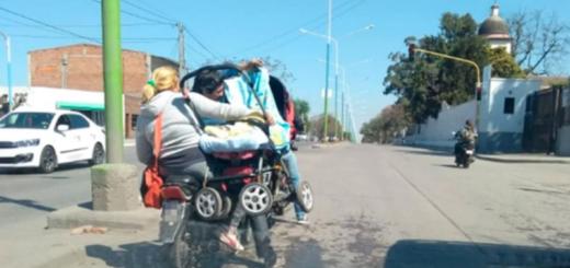 Imprudencia en dos ruedas: llevaron a su bebé colgando dentro del cochecito