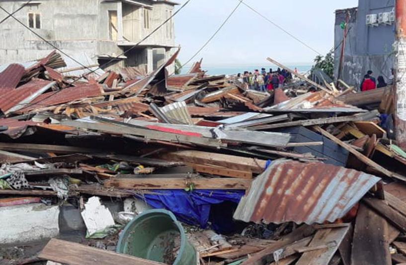 Casi 400 muertos en un devastador tsunami en Indonesia