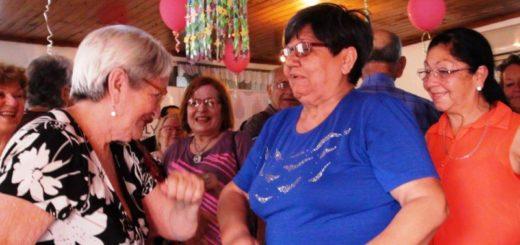 """""""Mateando con los Abuelos"""" alegró a jubilados del barrio Santa Rita"""