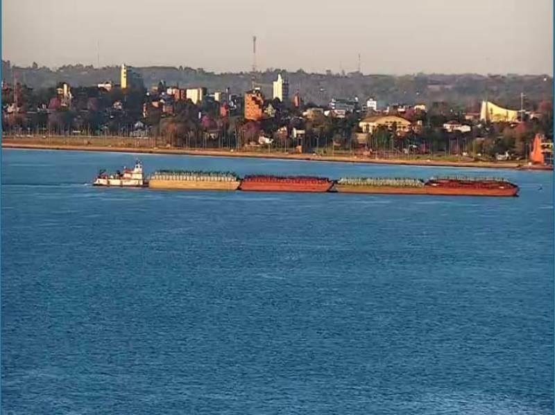 Una impresionante barcaza cruzó frente a la Costanera