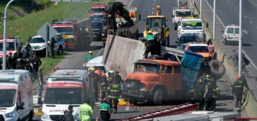 Volcó un camión en plena autopista y dejó personas atrapadas en Rosario