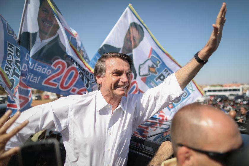 Elecciones en Brasil: El controvertido Jair Bolsonaro gana impulso en el último sondeo