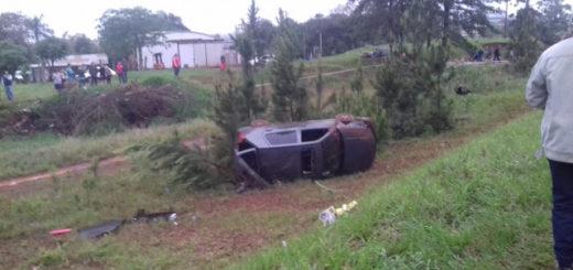 Volcó un auto en San Vicente y los ocupantes salieron despedidos: vivos de milagro