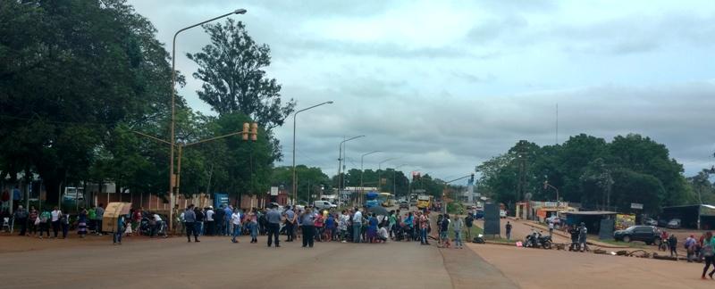 Familias del barrio Vecinos Unidos de Posadas, cortan la ruta 12 a la altura de Mercado Central y reclaman ser relocalizados