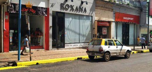Continúan demarcando los espacios de estacionamiento sobre la calle Bolívar