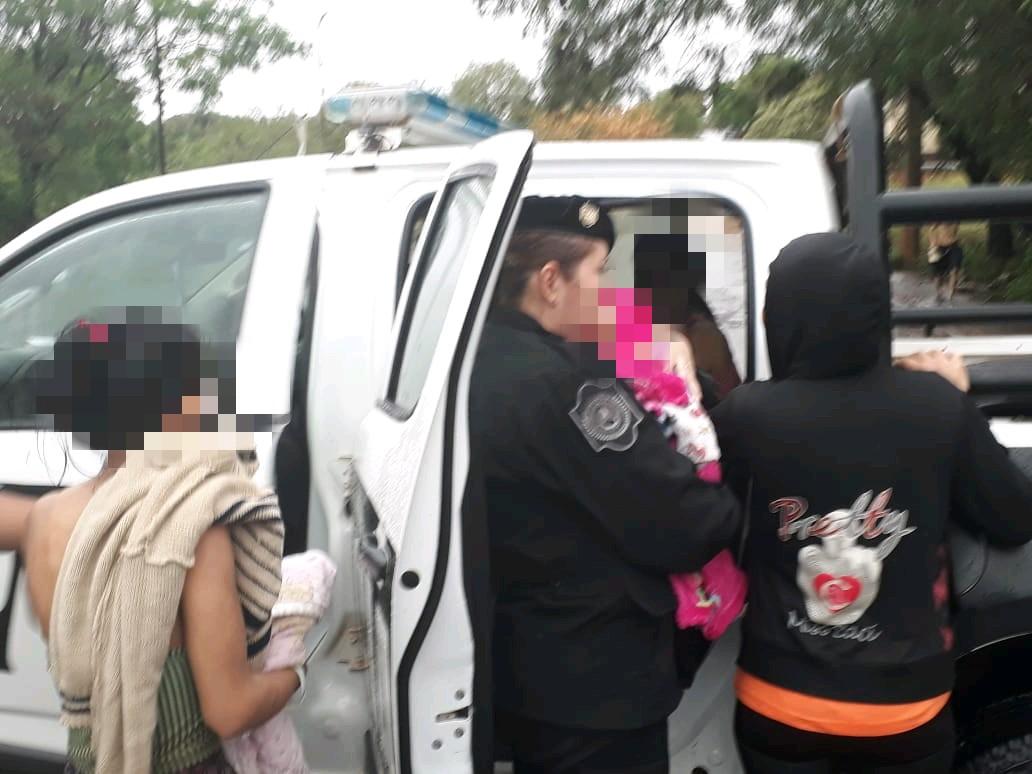 Vídeo: Policías socorren a niños en medio de la tormenta