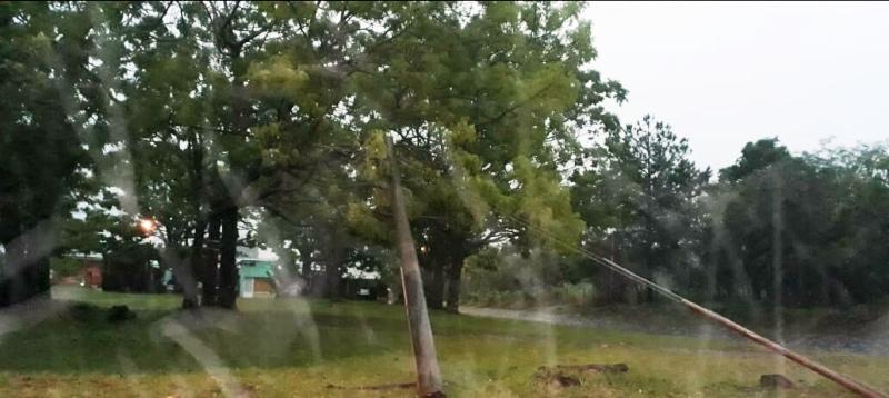 Policías recorren los barrios en medio de fuertes lluvias asistiendo a afectados de Leandro N. Alem, Dos Arroyos, Itacaruaré, San Javier y zonas aledañas