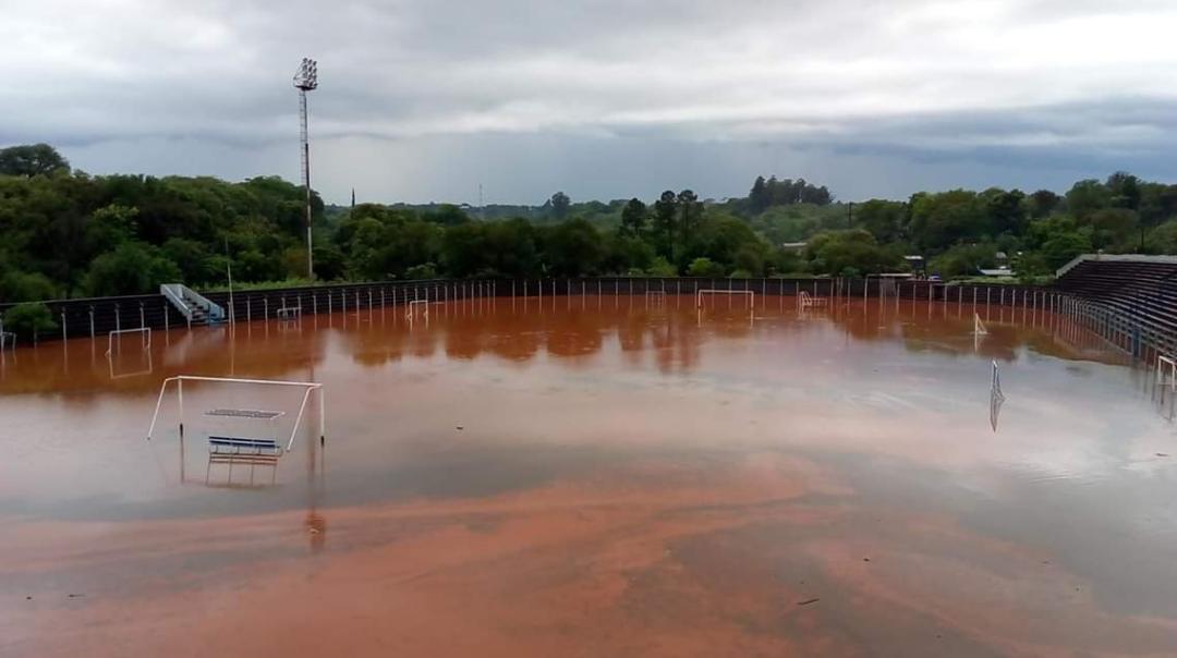 Por el temporal en la zona Centro de Misiones el estadio «Lobo» Fischer de Oberá quedó bajo agua