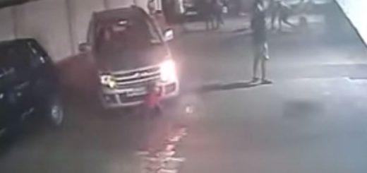 Video: un niño fue arrollado por un auto, se levantó y siguió jugando al fútbol