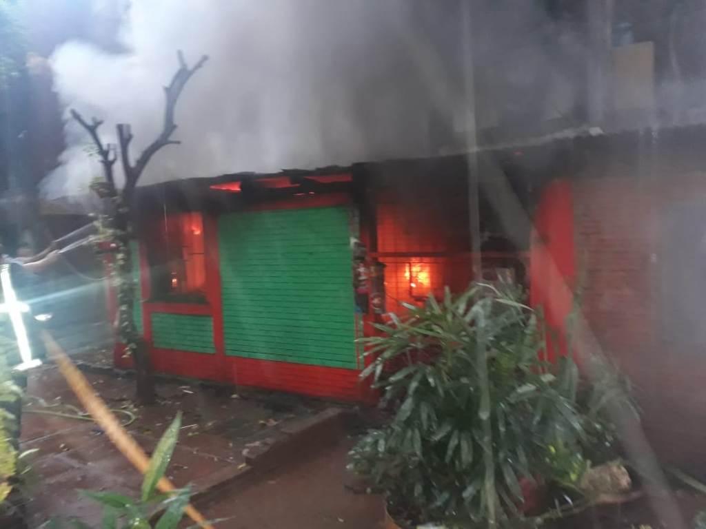Explosión e incendio en un kiosco de la zona Oeste de Posadas