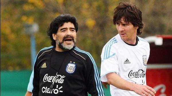 Maradona destrozó a Messi: «No puede ser caudillo alguien que va 20 veces al baño antes de jugar»