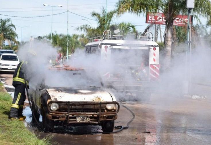 Corrientes: Un hombre incendió su propio auto tras recibir una multa