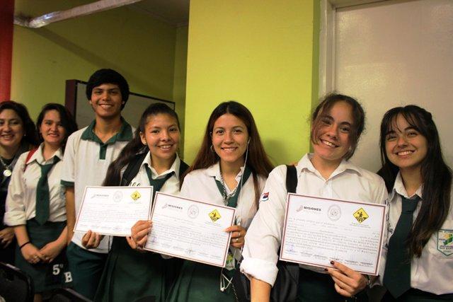 Licencia de conducir: jóvenes recibieron su certificado del examen teórico
