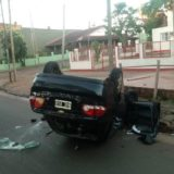 Posadas: camioneta fuera de control chocó cuatro vehículos estacionados y luego volcó